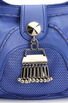 La borsa indaco di Versace