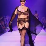 La lingerie anni '50 e anti anoressia di Dita Von Teese