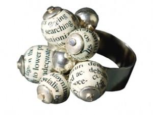 Anello di sfere di legno coperte di carta riciclata abbinata ad argento 925